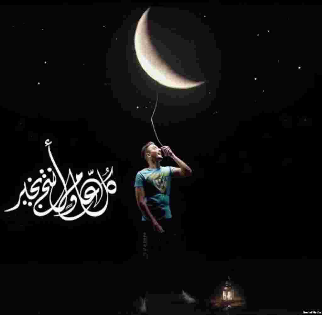 """Молодой человек """"включает"""" луну, поздравляя с наступлением нового месяца и окончания Рамадана"""