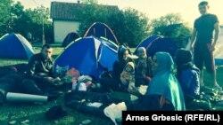Pamje e migrantëve nën qiellin e hapur