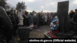 Митинг у братской могилы жертв нацистского террора на 10-м километре шоссе Симферополь-Феодосия, 11 декабря 2017 года