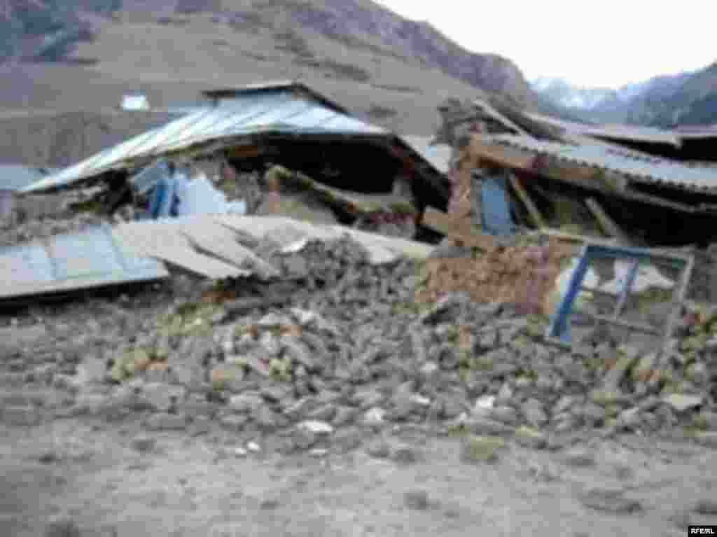 5-октябрда Ош областынын Алай районунда сегиз баллдык жер титирөөдөн Нура айылы бүтүндөй кыйрап,75 адамды алып кетти. - KYRGYZ EARTHQUAKE PHOTO REPORT from the village of Nura, Alai district, Osh region - 07 Oct 2008 by Alisher Toksonbaev