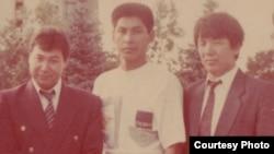 Мустафа Озтюрк со своими учениками Кайратом Кыргызбаевым (в центре) и Бексеитом Тюлькиевым (справа). Алматы, 1992 год.