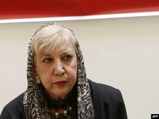 سيمين بهبهانى ۴۱ سال پيش، به عضويت «شوراى شعر و موسيقى» و ۳۲ سال پيش به عضويت كانون نويسندگان ايران در آمد.