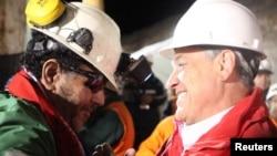الرئيس التشيلي ساباستيان بينيرا يتحدث الى لويس أوروزا وهو آخر عامل تم إنقاذه.