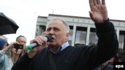 Николай Статкевич на акции протеста в Минске 3 июля