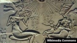 Мысыр перғауыны Эхнатон мен Нефертити балаларымен бірге. Ежелгі тарихи ескерткіштегі кескін.