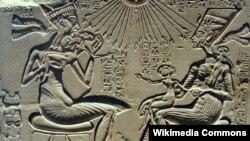 Фараон Эхнатон и Нефертити со своими детьми, древнее изображение.