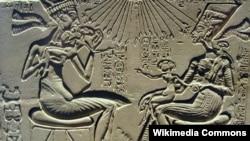 Древнеегипетский рельеф, на котором изображены царь Акхенатен, Нефертити и их дети