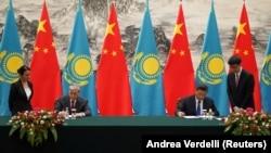 Қазақстан президенті Қасым-Жомарт Тоқаев (сол жақта) және Қытай басшысы Си Цзиньпин құжаттарға қол қойып жатыр. Пекин, 11 қыркүйек 2019 жыл.