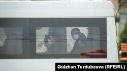 Пассажиры в масках в общественном транспорте Бишкека. 21 марта 2020 года.