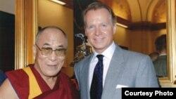 Архивска фотографија: Конгресменот Дејвид Драјер на средба со Далај Лама.