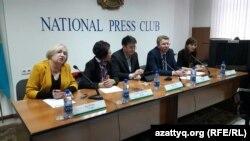 Участники комитета защиты Сейтказы Матаева и адвокаты Матаева на пресс-конференции в Алматы. 14 марта 2016 года.