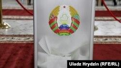 Скрыня на менскім выбарчым участку, дзе галасаваў Аляксандар Лукашэнка