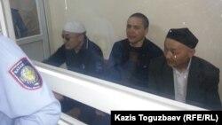 Подсудимые по делу «джихадистов» Оралбек Омыров, Алмат Жумагулов и Кенжебек Абишев. Алматы, 7 сентября 2018 года.