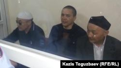 Подсудимые по «делу джихадистов» (слева направо): Оралбек Омыров, Алмат Жумагулов и Кенжебек Абишев. Алматы, 7 сентября 2018 года.