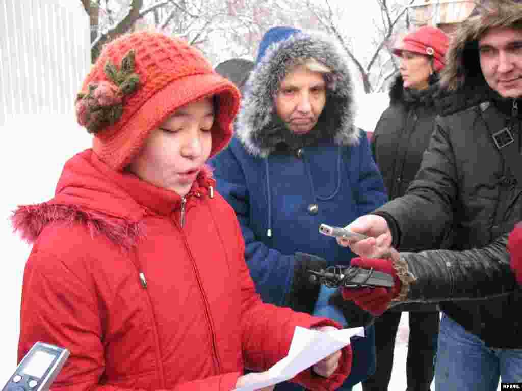 11-летняя девочка Аян Кольбай читает петицию к акиму Алматы на акции протеста. Алматы, 23 декабря 2008 года. - 11-летняя девочка Аян Кольбай читает петицию к акиму Алматы на акции протеста. Алматы, 23 декабря 2008 года.