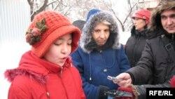 На последней акции протеста с петицией к властям обращалась 11-летняя девочка Аян Кольбай. Алматы, 23 декабря 2008 года.