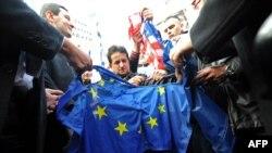 Pristalice Šešeljevih radikala cepaju zastavu EU nakon oslobađajuće haške presude za hrvatske generale, novembar 2012.