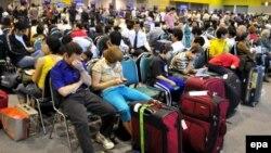 Туристы в аэропорту Бангкока.