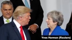 Donald Trump (solda) və Theresa May söhbət edərkən, 11 iyul, 2018-ci il