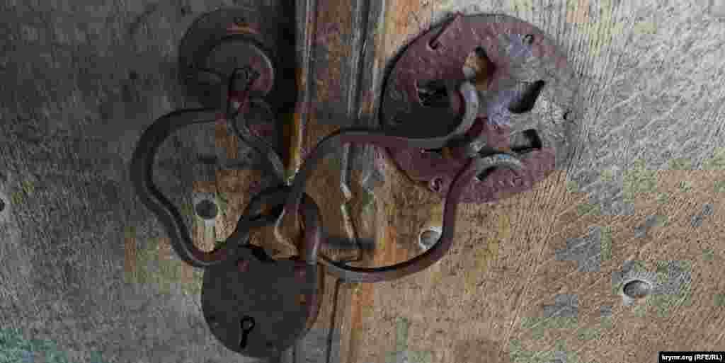 Замок на дверях кенаси