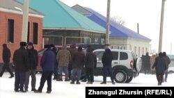 Люди в день похорон школьника Мирасбека Даулетияра у дома в Шалкаре, где он жил. Актюбинская область, 28 января 2019 года.