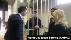 Оюб Титиев с адвокатами: Петр Заикин, Илья новиков, Марина Дубровина