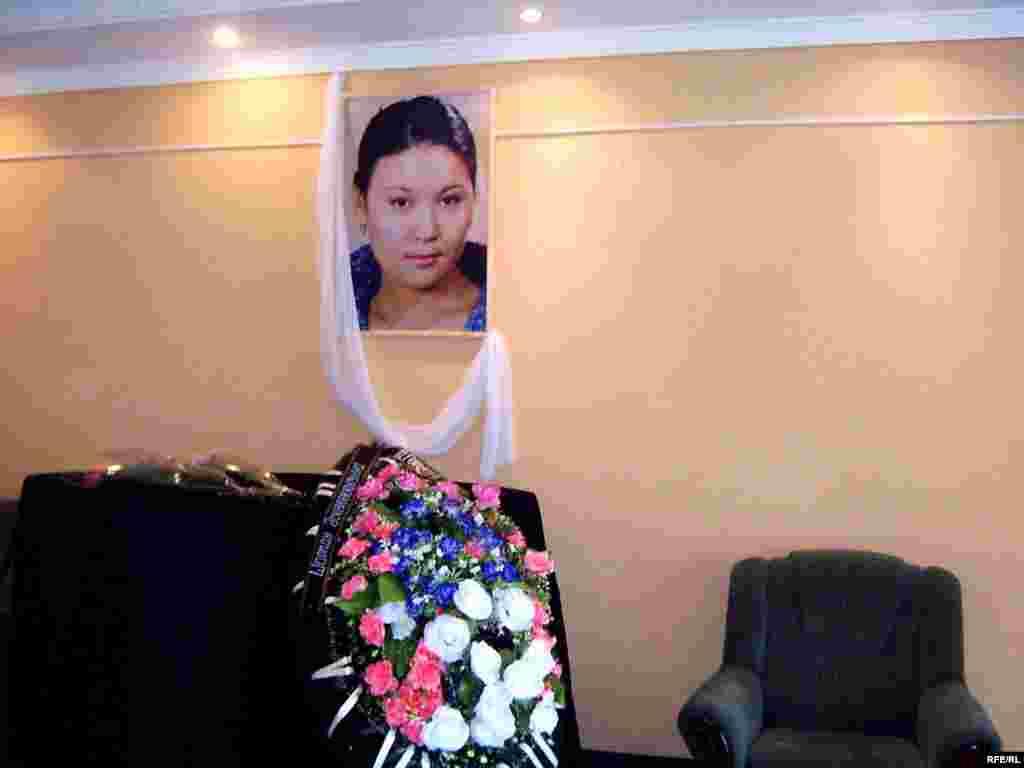 Панихида должна была состояться в Казахском театра имени Калибека Куанышбаева 21 октября. Однако имам не позволил это. - Панихида должна была состояться в Казахском театра имени Калибека Куанышбаева 21 октября 2008 года. Однако имам не позволил это.