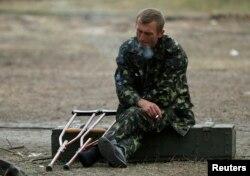 Український військовий курить у військово-польовому госпіталі у Сватовому, вересень 2014 року