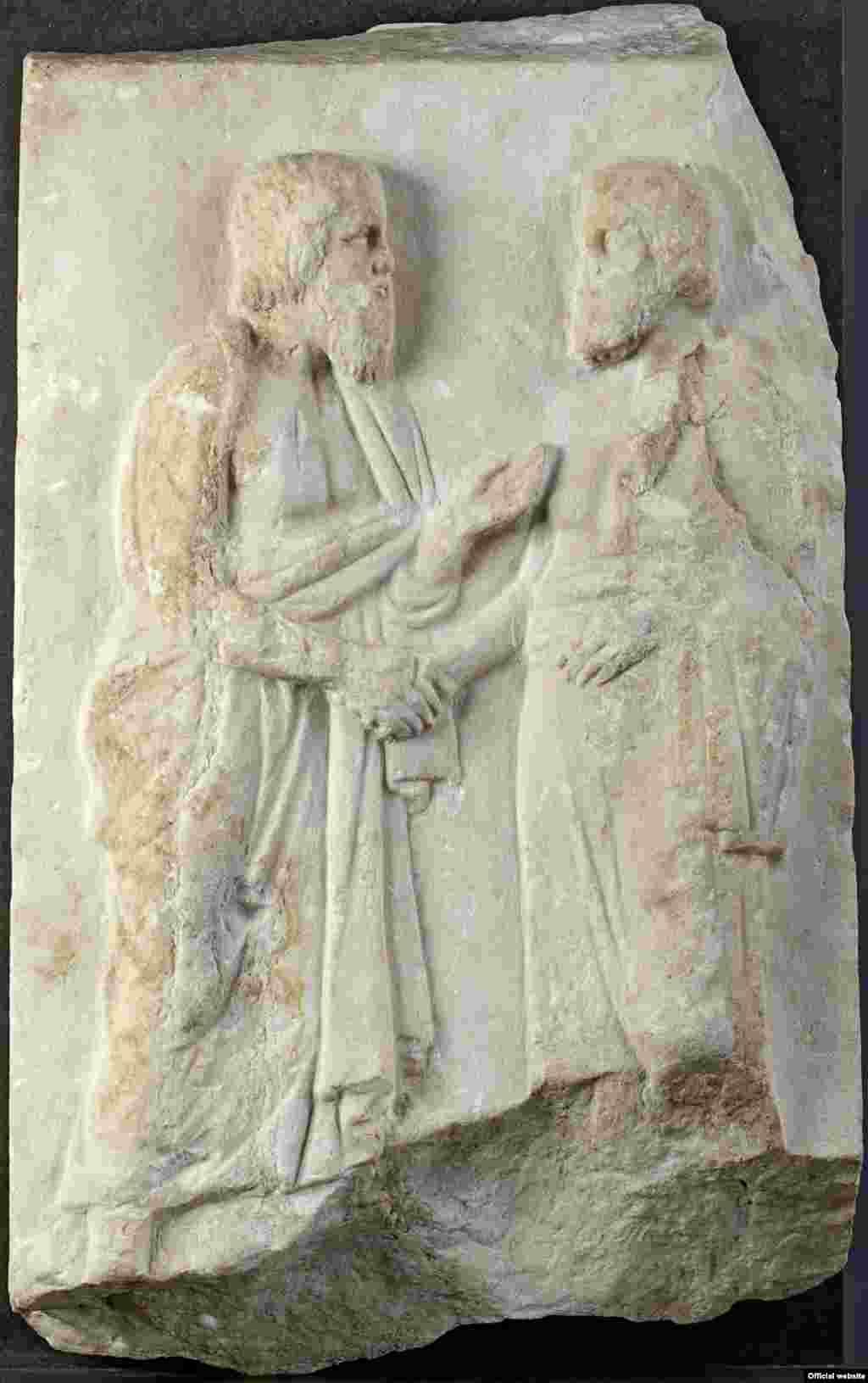 Relief funerar cu doi bătrâni, Grecia, cca. 340 î.e.n. ( Liebieghaus Skulpturensammlung, Frankfurt am Main, Photo: Liebieghaus Skulpturensammlung – ARTOTHEK).