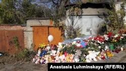 Цветы у места, где нашли тело девочки
