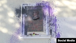 In Simferopol, unknown individuals splashed purple paint on Stalin's commemoration plaque on May 18.