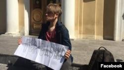 Леонид Шайдуров на пикете около комитета по образованию