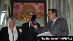 Ҷоизаро ба ҳамсари Сӯҳроб Қурбонов сафири Русия дар Тоҷикистон супурд.