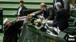 حسن روحانی ۱۷ آذرماه، لايحه بودجه سال ۱۳۹۳ کل کشور را به مجلس ارائه کرد.