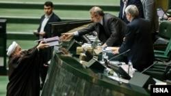 حسن روحانی هنگام تحویل لایجه بودجه سال ۹۳ به مجلس