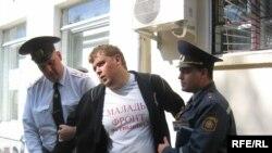 Police detain activist Mikola Dzemidzenka
