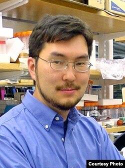 Архат Абжанов в своей лаборатории в Бостоне.