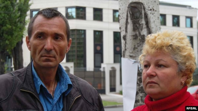 The parents of Ilie Cazac on a hunger strike in front of the Russian Embassy in Chisinau on June 17