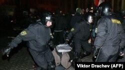 Minskde belarus polisiýasy protestçileri saklaýar.