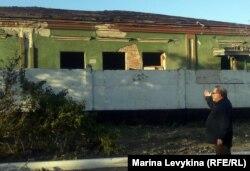 """Активист краеведческого общества """"Прииртышье"""" показывает обнаженный деревянный каркас крыши. Семей, 22 мая 2012 года."""