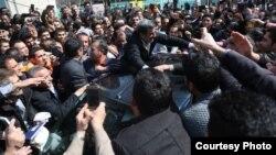 آقای احمدینژاد پیشتر تکذیب کرده است که سفرها و دیدارهای اخیرش انتخاباتی است. روز پنجشنبه، ۱۹ اسفند، در بازار تهران.
