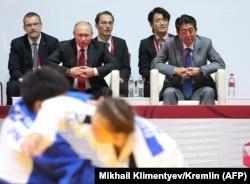 Владимир Путин и Синдзо Абэ на турнире по дзюдо во Владивостоке. 12 сентября 2018 года