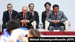 Премьер-министр Японии Синдзо Абэ (справа) и президент России ВладимирПутин на турнире по дзюдо. Владивосток, 12 сентября 2018 года.