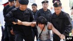 Задержание участницы акции протеста в Алматы. 23 июня 2018 года.