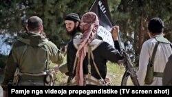 تصویر از یک فیلم تبلیغاتی منتشر شده از سوی حکومت خودخوانده اسلامی، گروهی از اعضای بالکانتبار این گروه را نشان میدهد