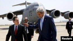 Посол США в Ираке Стюарт Джонс (слева) вместе с госсекретарем Джоном Керри в международном аэропорту Багдада, 8 апреля 2016 года.