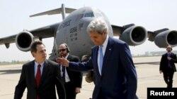 John Kerry (djathtas) me të arritur në aeroportin ndërkombëtar në Bagdad