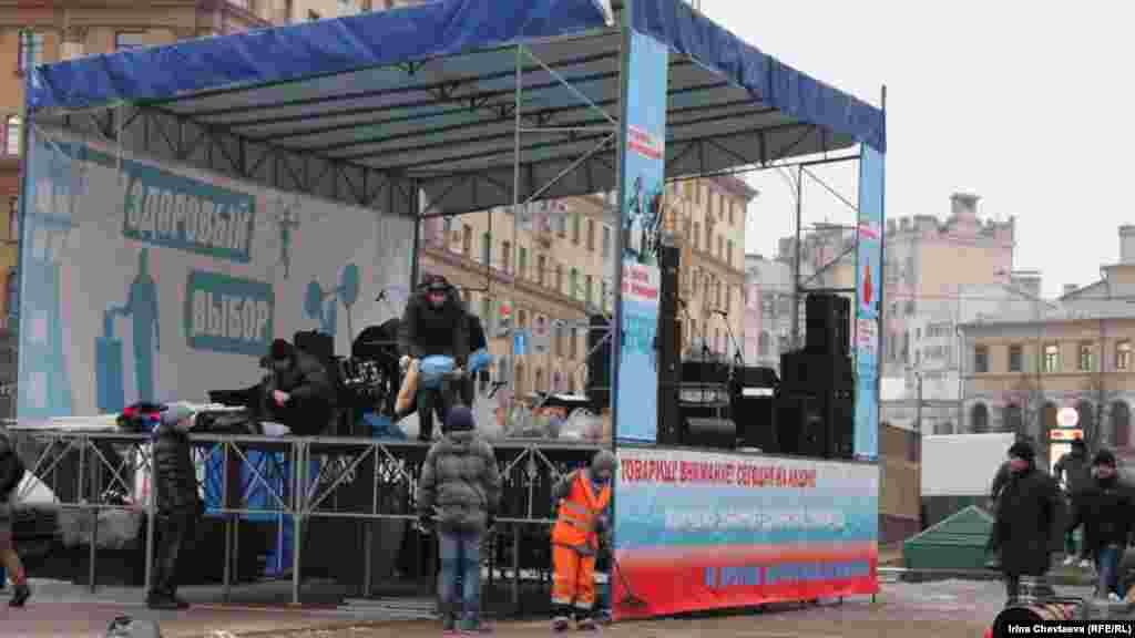 Акція прокремлівських рухів біля виходу з метро продовжуваиметься весь день.