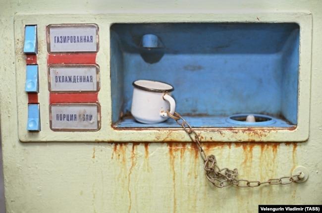 Газована вода. Фото Володимира Веленгуріна, 1 вересня 1990 року