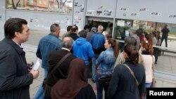 Ispred zavoda za nezaposlene u Barseloni